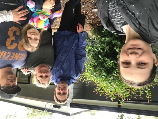 Michelle, Travis y los niños, a la mitad de la renovación de la propiedad de Sturt