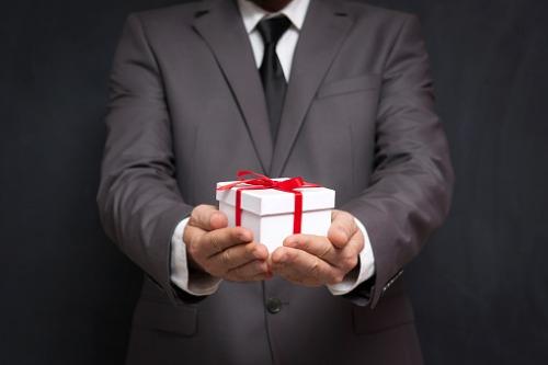 Emekli Amiral patron, çalışanlarına 10 milyon sterlin hediye ediyor